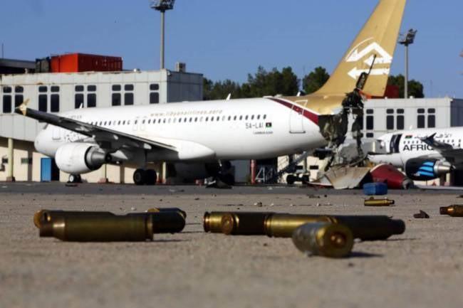 Vỏ đạn vương vãi tại sân bay Tripoli hồi tháng 8.