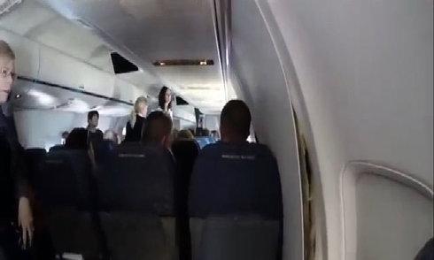 Máy bay chở 190 người hạ cánh khẩn vì nứt thân