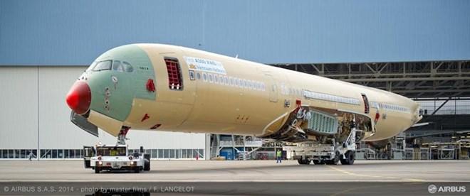 Chiếc máy bay A350 XWB đầu tiên của Vietnam Airlines đang được lắp ráp hoàn chỉnh tại dây chuyền lắp ráp cuối cùng (FAL) Roger Béteille ở Toulouse, Pháp.