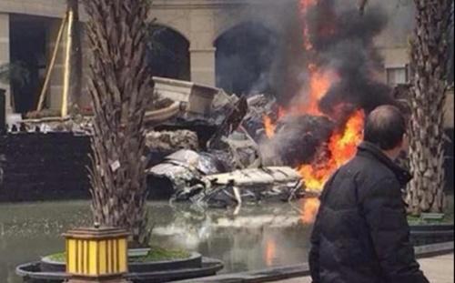 Hiện trường vụ tai nạn, nơi chiến đấu cơ đâm vào tòa nhà rồi bốc cháy tại thành phố Thành Đô, tỉnh Tứ Xuyên