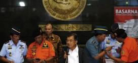 Phó tổng thống Indonesia (giữa) phát biểu với báo giới từ Cơ quan tìm kiếm và cứu hộ quốc gia tại Jakartar.