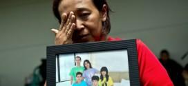 Chị Nani với bức hình gia đình nhà chủ, những hành khách trên chuyến bay định mệnh QZ8501.