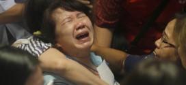 Thân nhân hành khách đi chuyến bay QZ8501 của AirAsia khóc ngất khi trông thấy tivi phát đi hình ảnh các thi thể trên biển