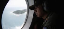 Thành viên thuộc một đội Giám sát Hàng hải Indonesia tìm kiếm chuyến bay QZ8501 mất tích ở khu vực phía bắc đảo Bangka. Ảnh: Reuters.