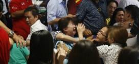 Người thân của các nạn nhân vụ rơi máy bay AirAsia gào khóc khi nghe tin tức về việc phát hiện xác phi cơ và thi thể.