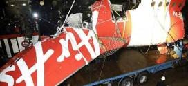 Mảnh vỡ của máy bay QZ8501 thuộc hãng AirAsia đã được đưa từ tàu tìm kiếm lên bờ