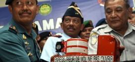 Giới chức công bố thiết bị ghi âm buồng lái của máy bay hãng AirAsia tại Pangkalan Bun, trung Borneo, Indonesia