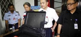 Quan chức Indonesia hôm 13/1 đứng cạnh thiết bị ghi âm buồng lái của chiếc phi cơ số hiệu QZ8501 trong một cuộc họp báo tổ chức ở Jakarta.