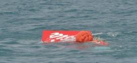 Một phần đuôi máy bay AirAsia hôm nay nổi lên mặt biển Java.
