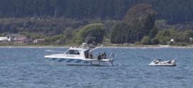Cảnh sát tại hiện trường máy bay rơi ở hồ Taupo.