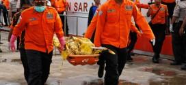 Các nhân viên cứu hộ di chuyển một thi thể nạn nhân lên cảng Kumai ở Pangkalan Bun, Indonesia.