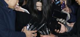 Báo giới vây quanh Cho Huyn-ah khi cô tới nơi tạm giam theo lệnh tòa án hôm 30/12