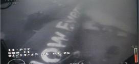 Hình ảnh thân máy bay AirAsia gặp nạn dưới đáy biển.