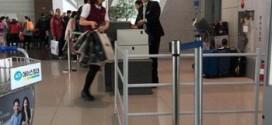 Hình ảnh tiếp viên đến muộn, trên tay lỉnh kỉnh túi xách bị hành khách chụp được.