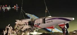 Nhân viên cứu hộ khẩn cấp trục vớt phần thân chiếc ATR của TransAsia Airways lao xuống sông hôm qua.