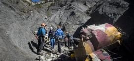 Nhân viên cứu hộ và các nhà điều tra tại khu vực máy bay của Germanwings rơi xuống hôm 1/4.
