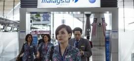 Một phi hành đoàn của MAS đi bộ qua Sân bay Quốc tế Kuala Lumpur tại Sepang