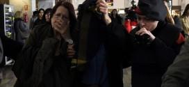Thân nhân gia đình các nạn nhân trong chuyến bay 4U9525 tuyệt vọng ở sân bay.