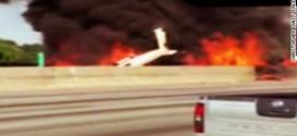 Khói lửa bao trùm khi máy bay rơi xuống đường cao tốc.