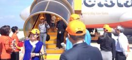 Những vị khách đầu tiên trên chuyến bay Hà Nội - Đà Lạt của Jetstar Pacific vừa đáp xuống sân bay Liên Khương (Đà Lạt) ngày 1-6.