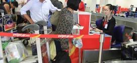 Hành khách chỉ được mang một kiện hành lý không quá 7 kg lên máy bay, đúng kích cỡ quy định.