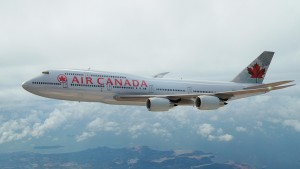 Một phi công của hãng hàng không Air Canada đã quyết định hạ cánh khẩn cấp để cứu sống một chú chó.