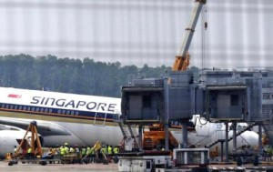 Thiệt hại về chiếc máy bay có thể được xác định sau khi di dời nó ra khỏi cổng sân bay.