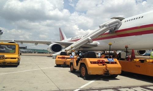 Chuyến bay chở hàng khai trương của hãng hàng không Mỹ Kalitta Air đã gặp sự cố máy bay bung phao trượt.