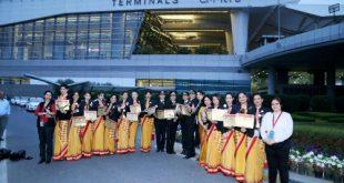 Phi hành đoàn chụp ảnh kỷ niệm tại sân bay New Delhi.