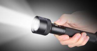 Phát hiện đèn pin gắn bộ kích điện trong hành lý xách tay của hành khách. Ảnh minh họa