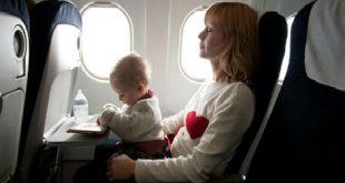 """Bạn nên cho bé nhai kẹo hay cho bé bú bình và không cho phép bé ngủ vào lúc máy bay hạ cánh. Trong trường hợp có nhiều thời gian, bạn có thể mang theo một quả bóng bay để cho bé thổi hay đơn giản hơn là bạn có thể lấy túi nôn trên máy bay để thổi. Khi mà bé làm những động tác như vậy, quay hàm của bé sẽ mở rộng hơn, lúc này cột không khí thông giữa mũi và miệng sẽ tràn vào trong khoang giữa làm cân bằng áp suất trong màng nhĩ. Với những """"chiêu"""" nhỏ trên chắc chắn sẽ giúp bạn loại bỏ đi cảm giác ù tai và đau tai khi đi máy bay, lúc này đảm bảo bạn sẽ có một thể trạng tốt cho chuyến du lịch tuyệt vời của mình."""