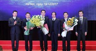 Ông Nguyễn Mạnh Hùng, Tổng Giám đốc Tập đoàn Viễn thông Quân đội và ông Nguyễn Kim Sơn, Giám đốc ĐHQG Hà Nội trao quyết định bổ nhiệm chức vụ viện trưởng và viện phó cho các cá nhân.