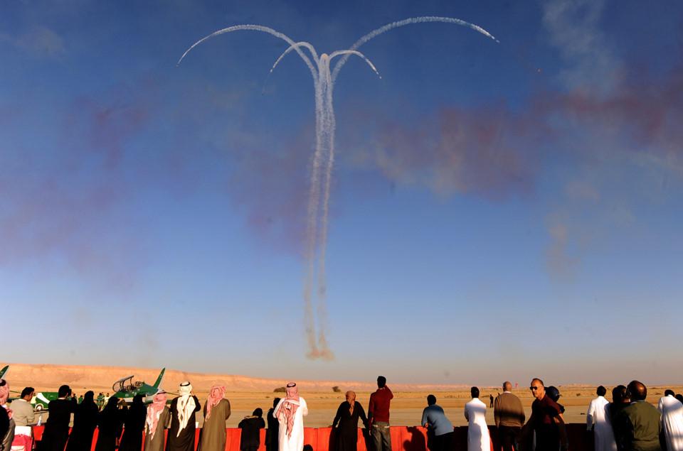 Máy bay Saudi Arabia nhào lượn ngoạn mục trên bầu trời