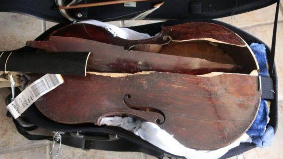 Cây đàn viola da gamba vỡ tan tành sau chuyến bay.