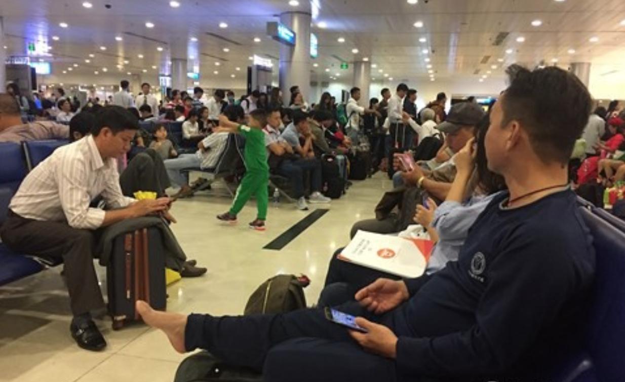 Nhiều chuyến bay bị delay khiến hành khách chờ đợi mệt mỏi.