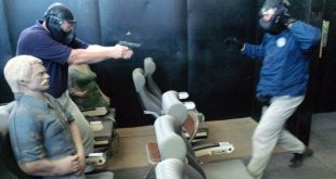 Huấn luyện viên hướng dẫn phi công trong chương trình đào tạo chống không tặc tại thành phố Artesia, bang New Mexico