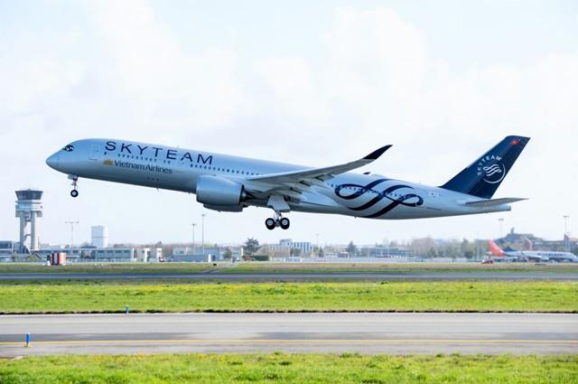 Chiếc máy bay Airbus A350 thứ 12 mang số hiệu của VN-A897 của Vietnam Airlines - chiếc A350 đầu tiên khoác lên mình màu sơn SkyTeam đi khắp thế giới