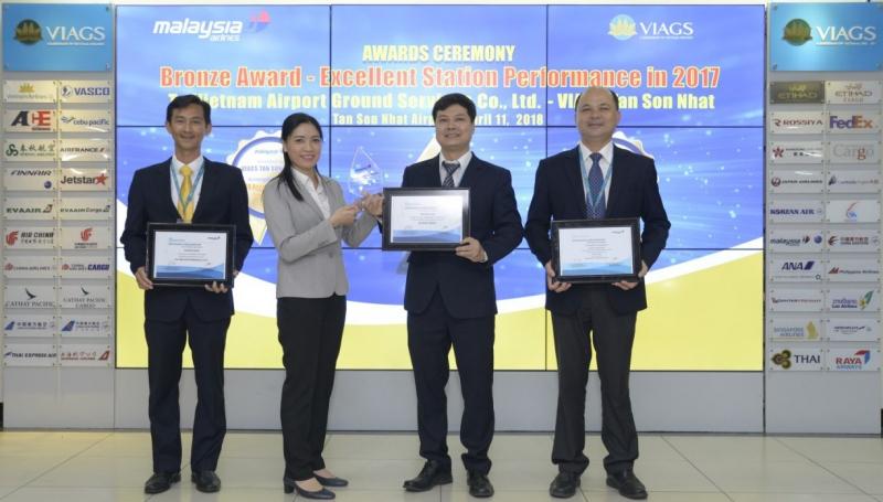 Bà Lê Thị Thanh Hà - Đại diện Trưởng hãng Malaysia Airlines trao một lúc 3 giải thưởng của hãng này cho Ban lãnh đạo VIAGS Tân Sơn Nhất