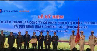Thừa ủy quyền của Chủ tịch nước, Thứ trưởng Bộ Công Thương Đỗ Thắng Hải đã trao Huân chương Lao động hạng Ba cho Petrolimex Aviation