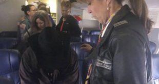 Nữ cơ trưởng Tammie Jo Shults đến trò chuyện với một hành khách sau khi hạ cánh an toàn chiếc máy bay Boeing 737 chở 149 hành khách của hãng hàng không Southwest bị nổ động cơ hôm 17/4