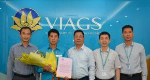 Ban lãnh đạo VIAGS trao thư khen của Bộ trưởng Bộ GTVT tới nhân viên Nguyễn Chí Cường