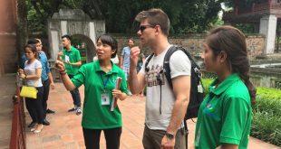 Đội tình nguyện Hỗ trợ du lịch Thăng Long - Hà Nội giới thiệu cho du khách quốc tế về lịch sử Giếng Thiên Quang nằm trong Khuê Văn Các.