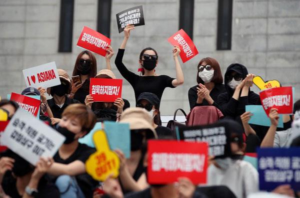 Hình ảnh cuộc biểu tình của nhân viên hai hãng hàng không hàng đầu Hàn Quốc cuối tuần qua