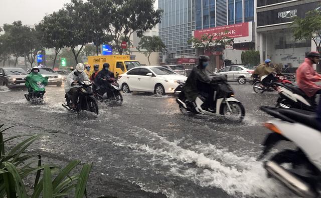 Nhiều người lo ngại tình trạng thiếu đồng bộ giữa hệ thống thoát nước bên trong và bên ngoài sân bay Tân Sơn Nhất khiến tình trạng ngập nặng thêm - Ảnh ngập trên đường Trường Sơn ngày 2-6