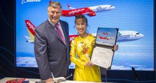 Bà Nguyễn Thị Phương Thảo, Tổng giám đốc Vietjet và ông Kevin McAllister, Chủ tịch kiêm Tổng giám đốc Tập đoàn Boeing đã cùng ký kết Hợp đồng 100 tàu bay