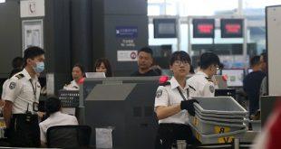 Nhân viên an ninh tại khu vực kiểm tra của sân bay quốc tế Hong Kong.