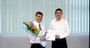 Ông Lại Xuân thanh (bên phải)- Chủ tịch ACV trao quyết định giữ chức Tổng giám đốc ACV cho ông Vũ Thế Phiệt.