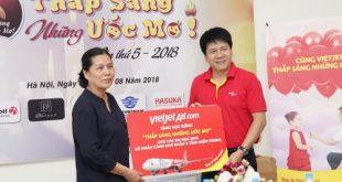 Hội Bảo vệ quyền trẻ em Việt Nam nhận quà từ đại diện Vietjet Air.