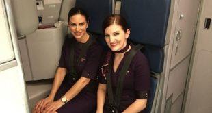 Melissa và Sarah phục vụ trong khoang hạng nhất trên chuyến bay.