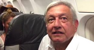 Tổng thống đắc cử của Mexico Andrés Manuel López Obrador trên máy bay chở khách bị trễ chuyến 4 giờ do thời tiết xấu hôm 19/9.
